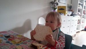 Een grote matze voor Mikki met Pasen