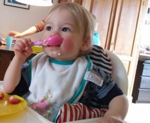 Mikki kan heel goed zelf eten!