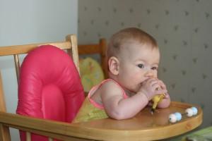 Mikki 7 maanden eet een banaan tijdens de vakantie