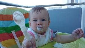 Mikki 10 maanden eet Griekse kwark tijdens de vakantie